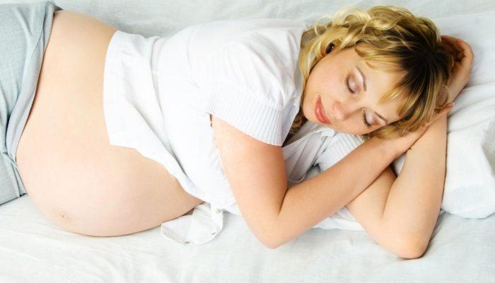 До какого срока можно спать на животе при беременности
