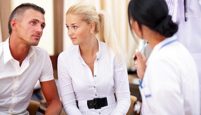 семейная-пара-должна-пройти-обследование-под-руководством-врача